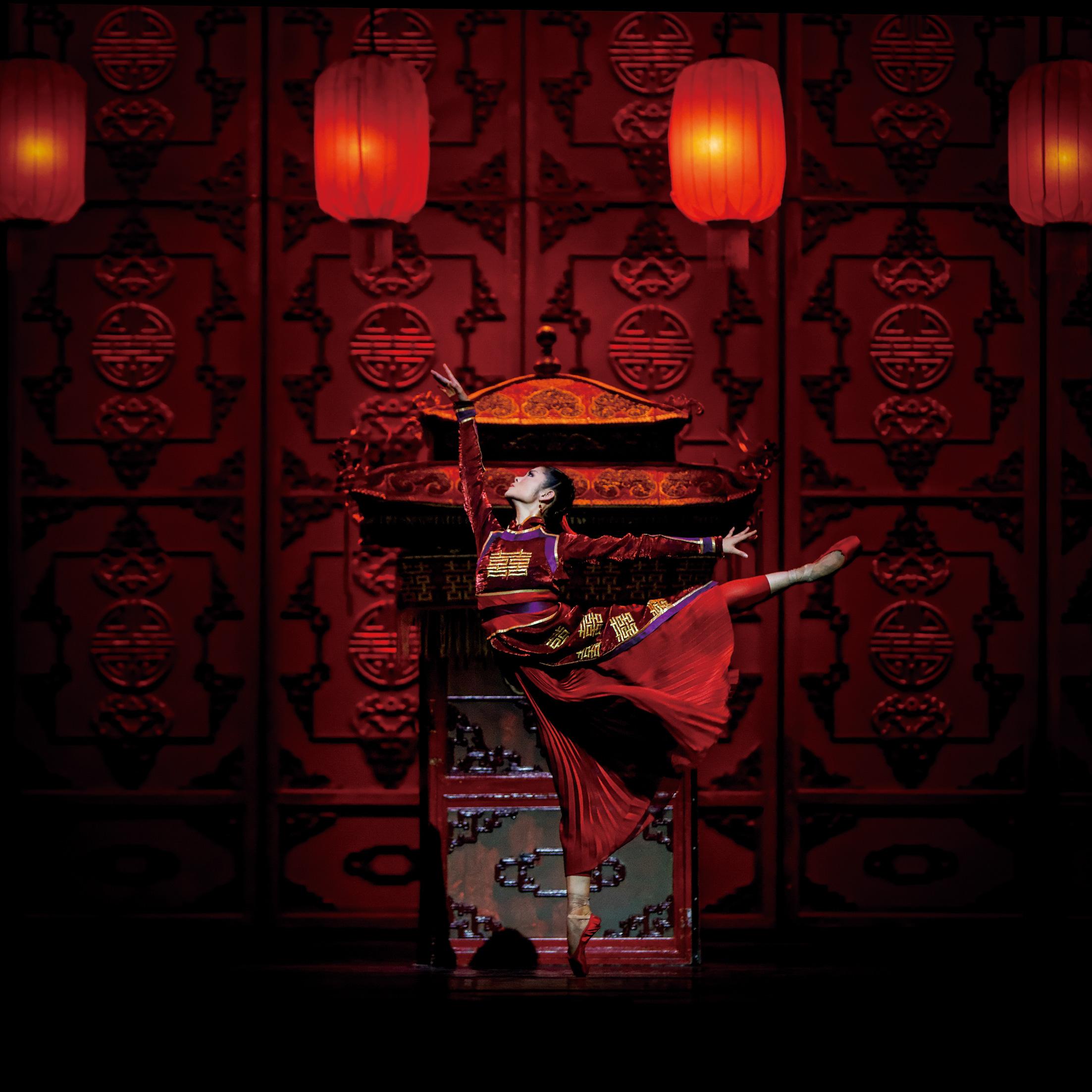 raise the red lantern Raise the red lantern/da hong denglong gao gao gua (china 1991 125 mins) source: level four films prod co: palace/era/china film prod: chiu fu-sheng dir: zhang yimou.