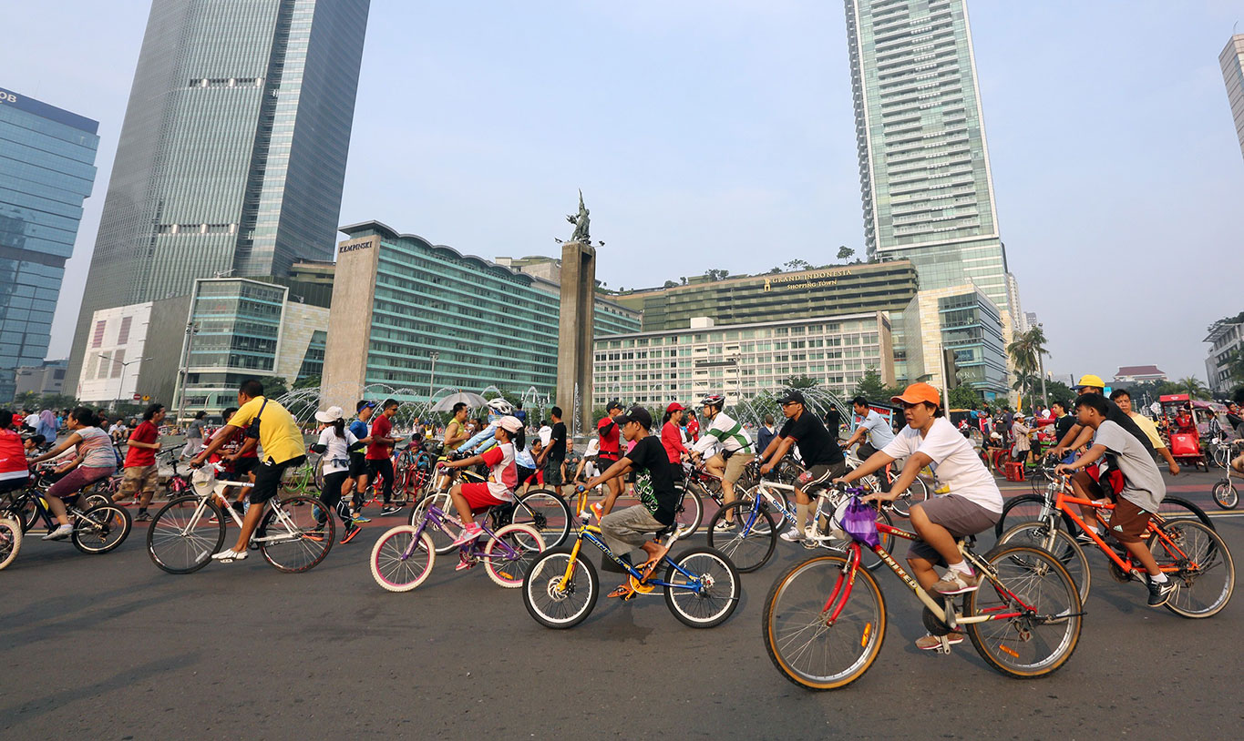 Jakarta'€™s Car Free Day ( CFD ) policy closes off the capital'€™s main roads in Central Jakarta to vehicles on Sunday mornings