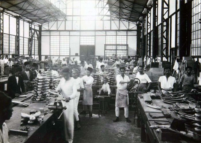 Artillerie Constructie Winkel workers in Bandung, West Java, pose during a photo session to mark the company's 75th anniversary in 1925. (Collection of Tropenmuseum/Museum of the Tropics, Amsterdam)